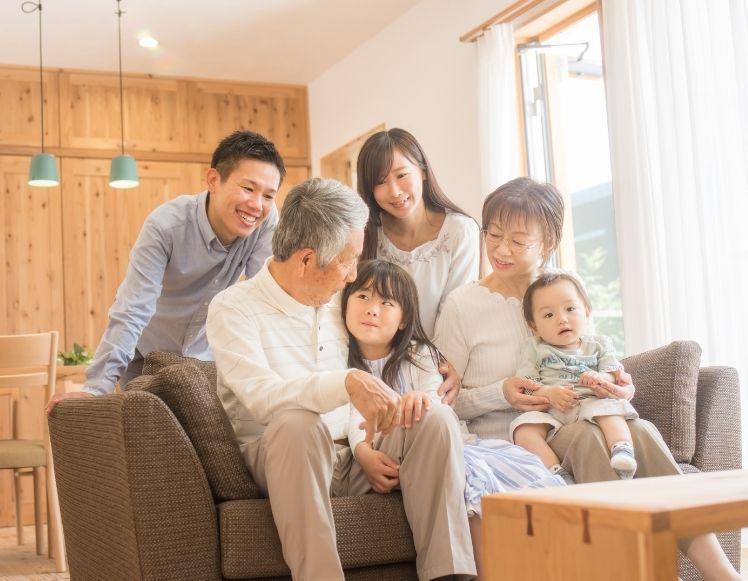 リビングに集まる家族